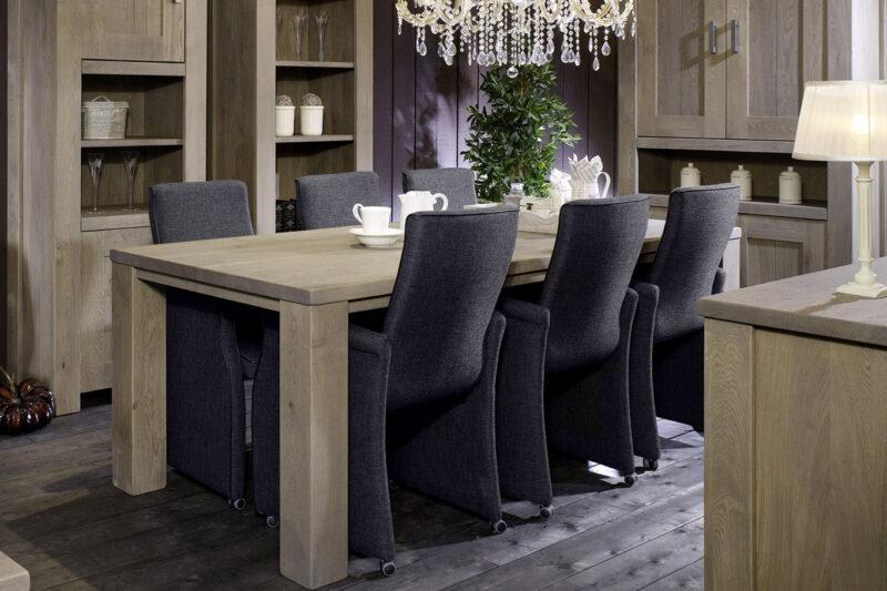 robuuste houten tafels