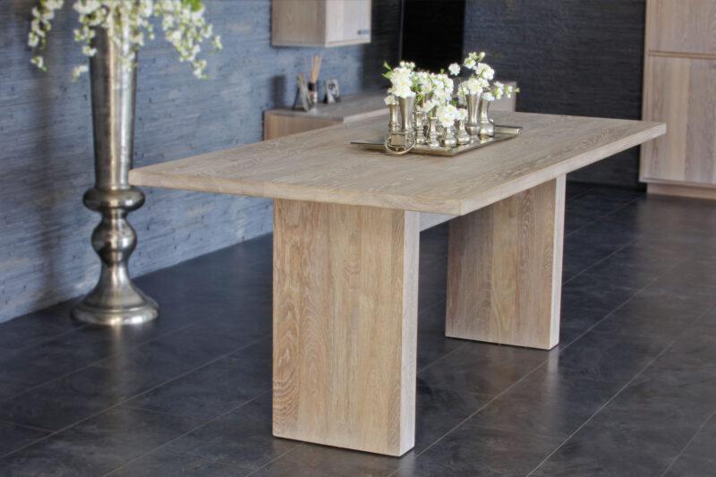 eenvoudige eiken tafel